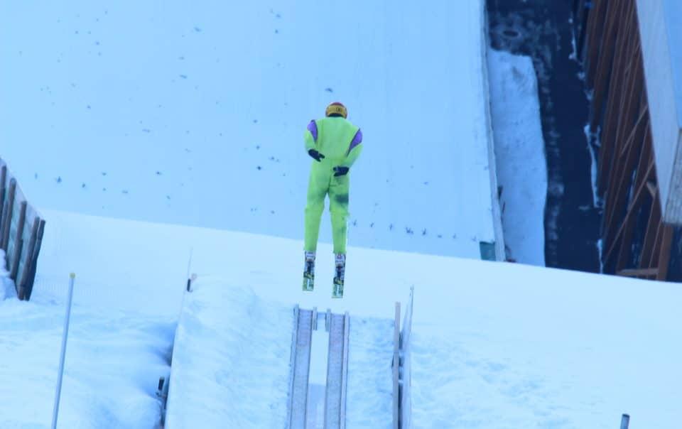Eddie The Eagle saute à ski lors d'un séjour dans l'un des chalet de ski de luxe à Courchevel Le Praz