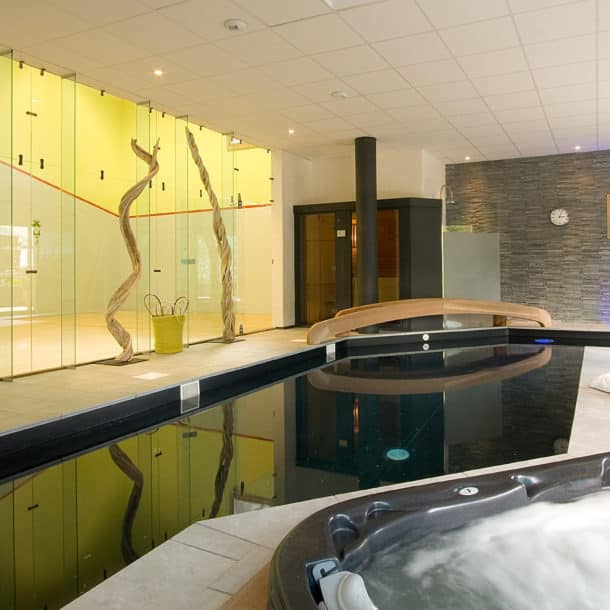 Корт для игры в сквош и бассейн в нашем роскошном лыжном шале Igloo в Куршевеле Ле Праз