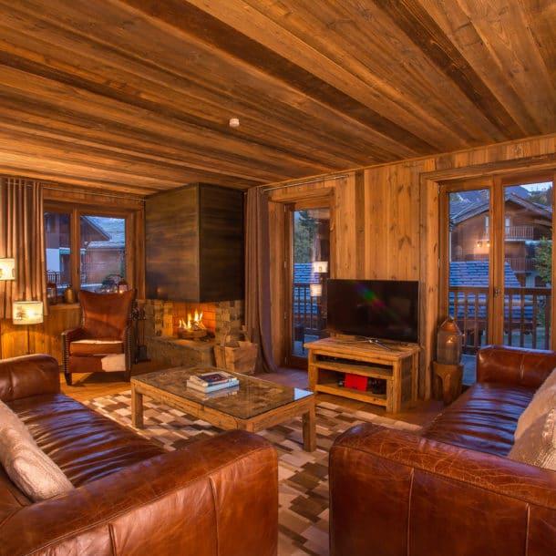 Гостиная и телевизор в роскошном лыжном шале Loup Blanc в Куршевеле Ле Праз