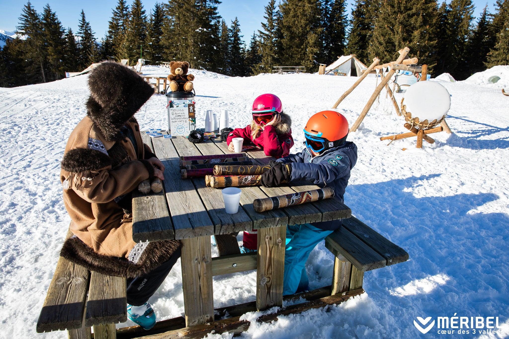 Pique-nique avec enfants skiant à Méribel et Courchevel